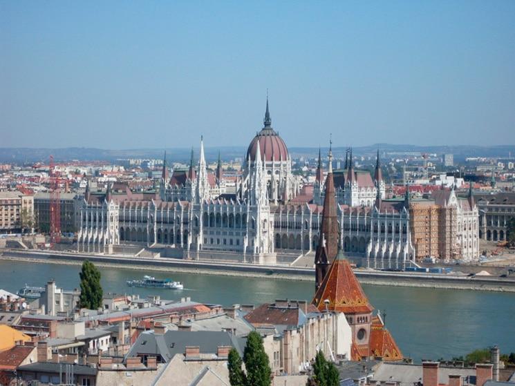 Вид из окна элитной квартиры на здание венгерского Парламента