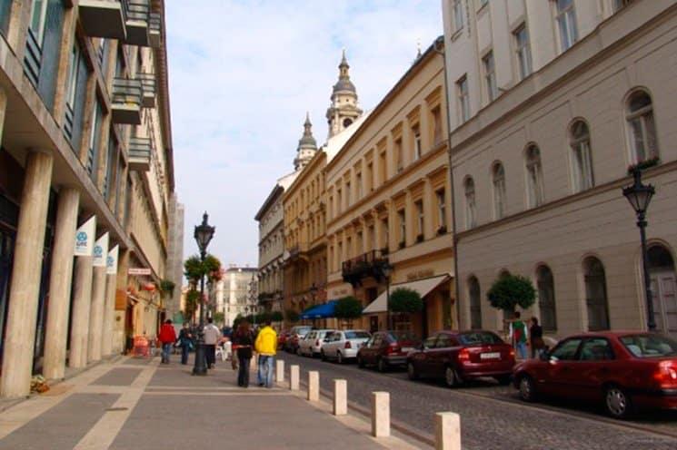 Улицы старых городов в Венгрии достаточно узкие, маневрировать на них непросто