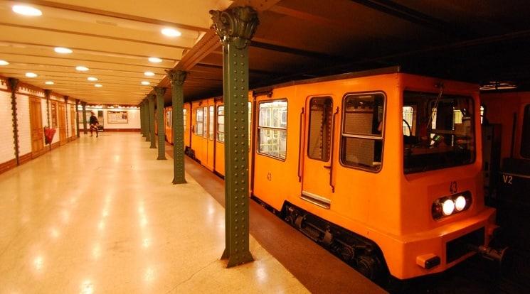 Состав метро Будапешта, курсирующий по линии М1
