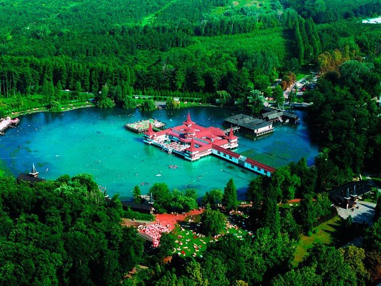 Озеро образовано двумя ключами: термальным и минеральным