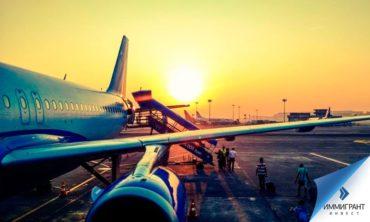 Пассажиры у трапа самолета